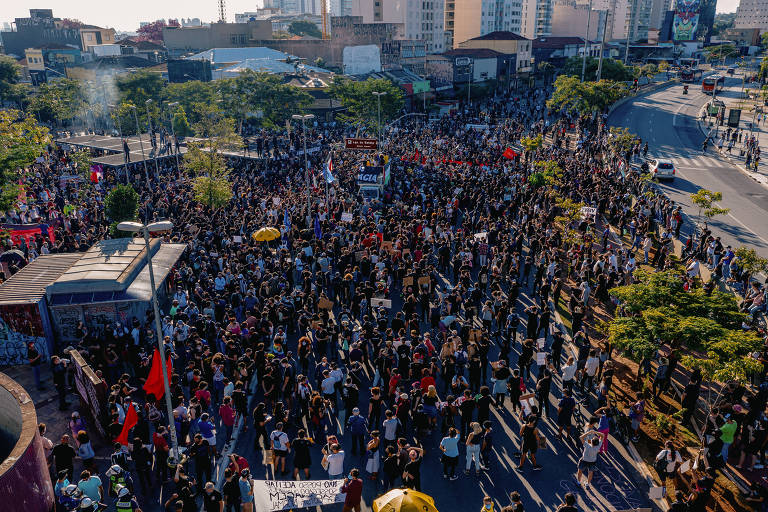 Foto aérea mostra concentração de manifestantes no Largo da Batata, zona oeste de São Paulo, em ato contra o governo Bolsonaro na tarde deste domingo (7)