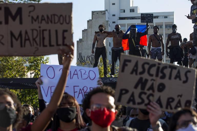 Concentração de manifestantes contra o governo do presidente Jair Bolsonaro protestam com faixas