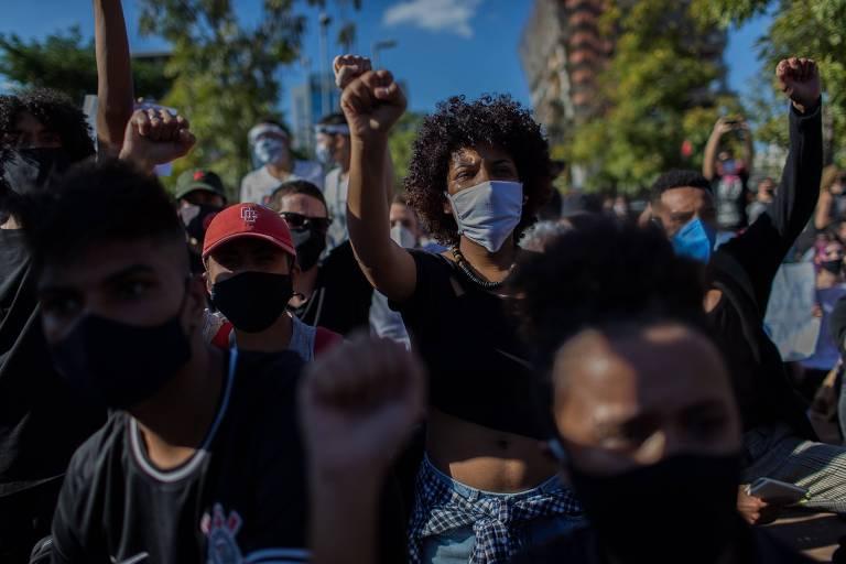 Manifestantes com punhos erguidos gritam palavras de ordem