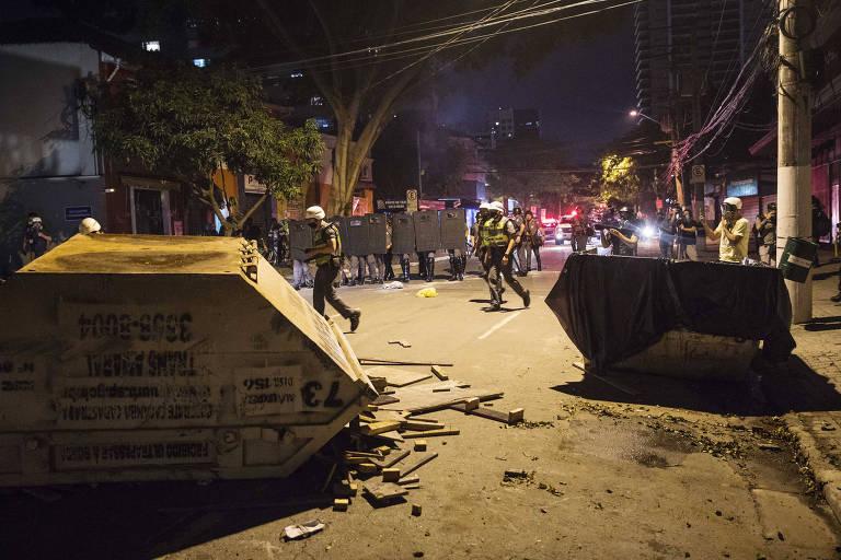 Policiais retiram destroços do meio rua, depois de confronto com manifestantes durante protesto contra o governo do presidente Jair Bolsonaro