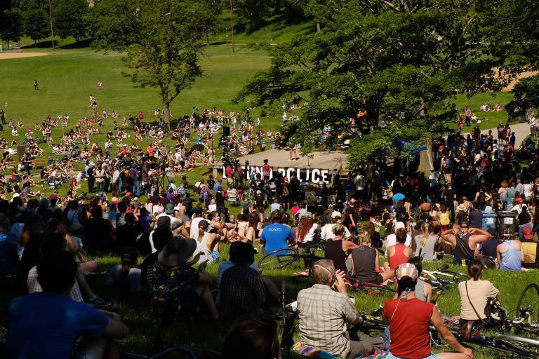 pessoas sentadas em colina em dia de sol