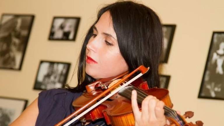 A temporada de Jessica Hindman com a orquestra falsa a levou a ter problemas com drogas e saúde mental