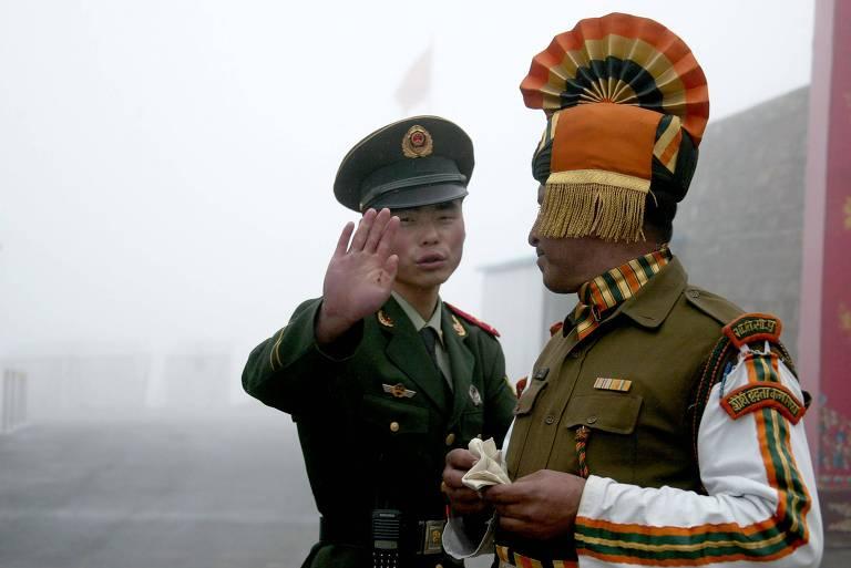 Foto de arquivo mostra soldados chinês e indiano em posto de fronteira no Sikkim
