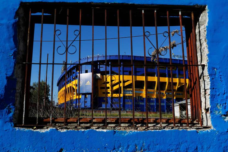 Bombonera vista atrás de uma parede azul com grades