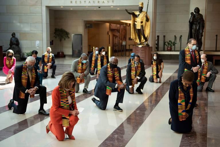 Congressistas democratas se ajoelham em tributo a George Floyd, no Capitólio, em Washington