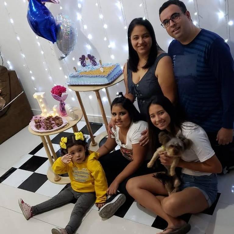 Daniele Tourinho Freire, que se recuperou da Covid-19, com o marido, Mauro, e as filhas Isabelle, Laís e Anne