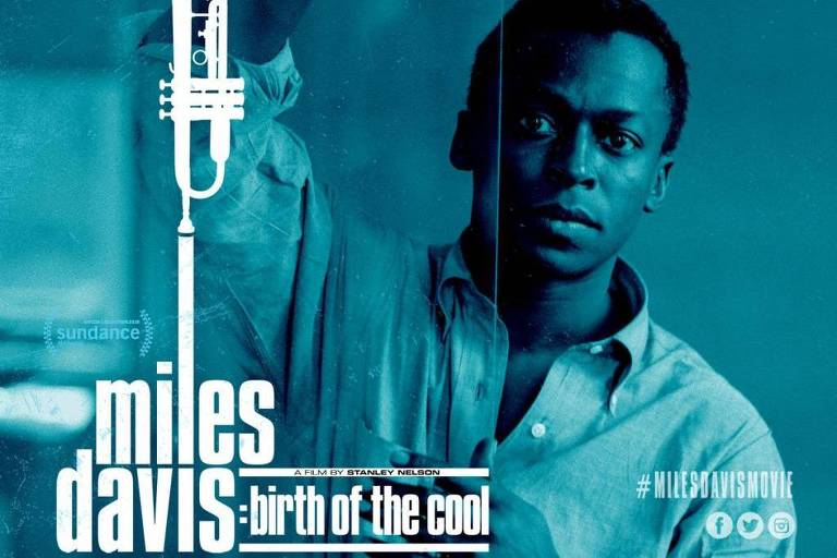 Miles Davis jovem se apoia em uma porta de vidro, seu nome é ilustrado com um trompete, instrumento pelo qual ficou famoso