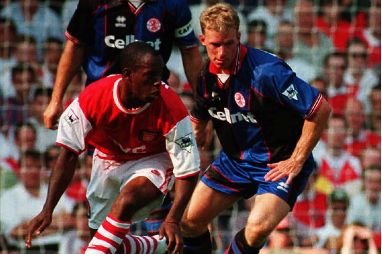 Ian Wright, do Arsenal, disputa a bola com do Robbie Mustoe, do Middlesbrough, em jogo pela Premier League em 1995