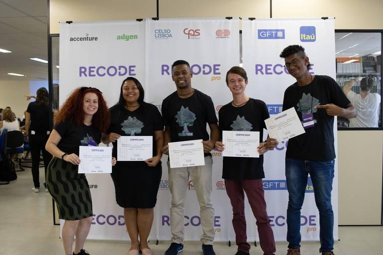O Recode Pro é voltado para jovens em vulnerabilidade social que buscam oportunidades na área de tecnologia como desenvolvedores