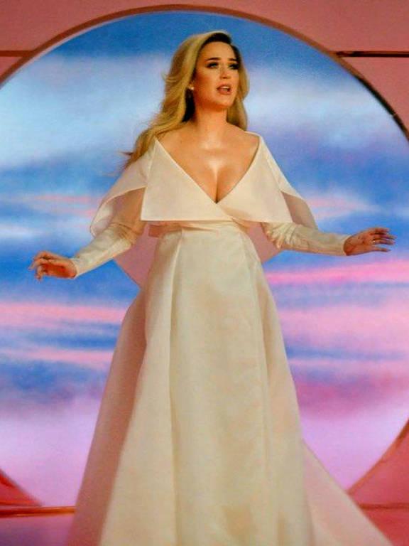 """Perry anunciou que estava grávida no videoclipe de sua música """"Never Worn White"""". Ela usava um vestido de noiva para revelar suas notícias sobre a gravidez"""