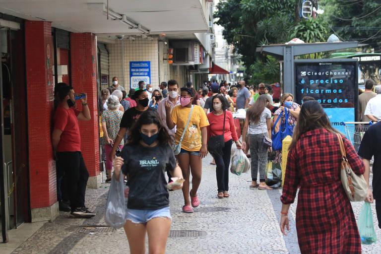 Após a flexibilização da quarentena, calçadas dos bairros ficam movimentadas na Praça Saenz Peña, na  Tijuca, zona norte do Rio