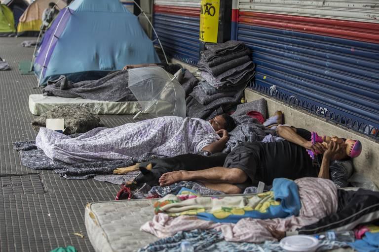 O número de pessoas nas calçadas está muito grande, principalmente na região central onde ocorrem doações de comida, atendimento de saúde e ações solidárias.