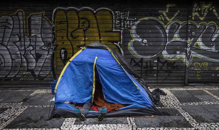 Algumas pessoas dormem em barracas, mas nem todas tem essa possibilidade.