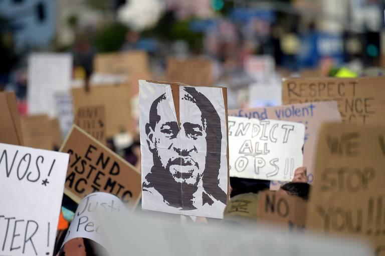 Manifestantes carregam placas com foto de George Floyd em protesto em Hollywood, na Califórnia