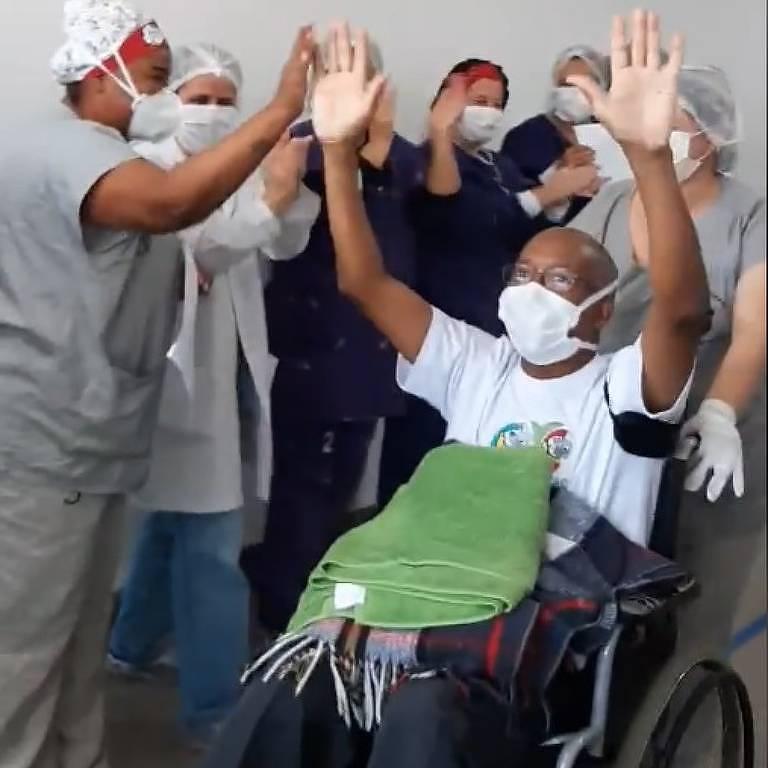 O supervisor de enfermagem Wilson Paes de Pádua recebe alta no Hospital de Vila Penteado com festa dos colegas de trabalho