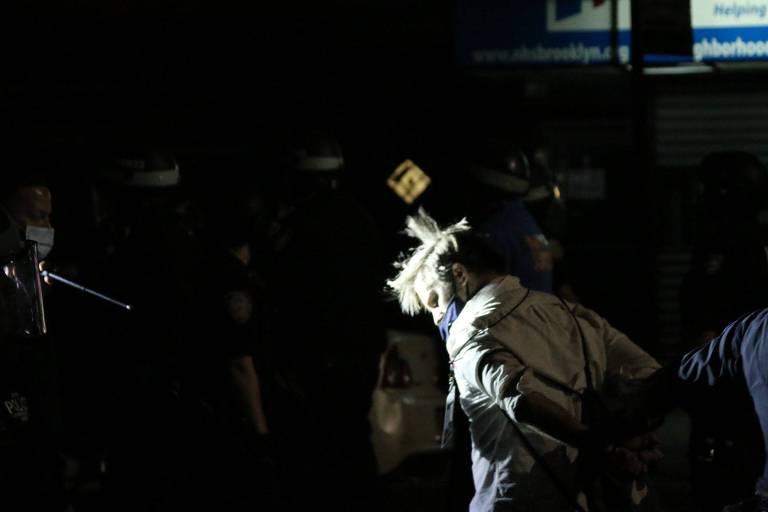 O repórter Christopher Mathias, 34, do HuffPost, é detido durante protesto em Nova York