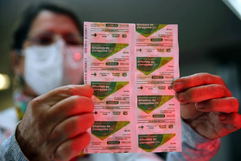 Trabalhador da saúde segura tabletes de cloroquina em hospital em Porto Alegre