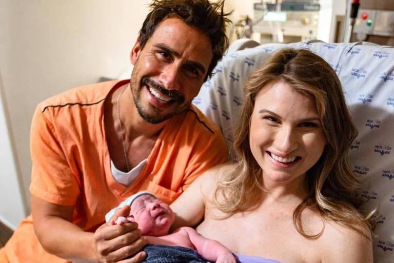 Nasce Eduardo, segundo filho do ator Julio Rocha com a veterinária Karoline Kleine