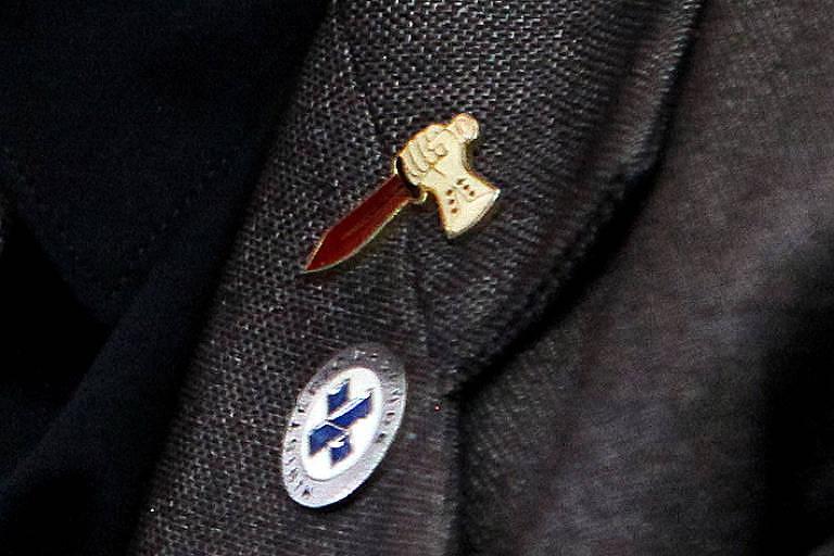 Em entrevista no dia 18 de maio, Franco usa broche com outro símbolo das Forças Especiais, o punhal