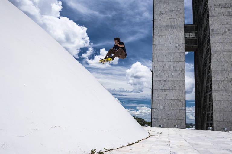 Skatistas andam sobre obras de Oscar Niemeyer