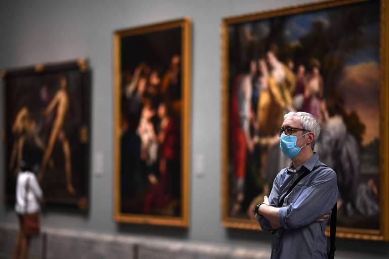 Visitante no Museu do Prado, em Madrid, na Espanha, após espaço reabrir as portas depois do isolamento social causado pelo novo coronavírus