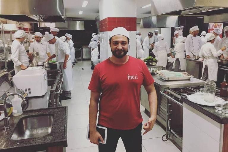 O chef iraniano Amir Nasiri, que é refugiado no Brasil e lançou um aplicativo para que cozinheiros possam vender comida para os vizinhos