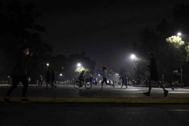 Moradores correm no bairro de Palermo, em Buenos Aires, no primeiro dia com autorização para atividades ao ar livre na cidade