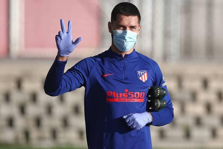 O zagueiro brasileiro Felipe chega para o treino do Atlético de Madrid nesta terça-feira (9)