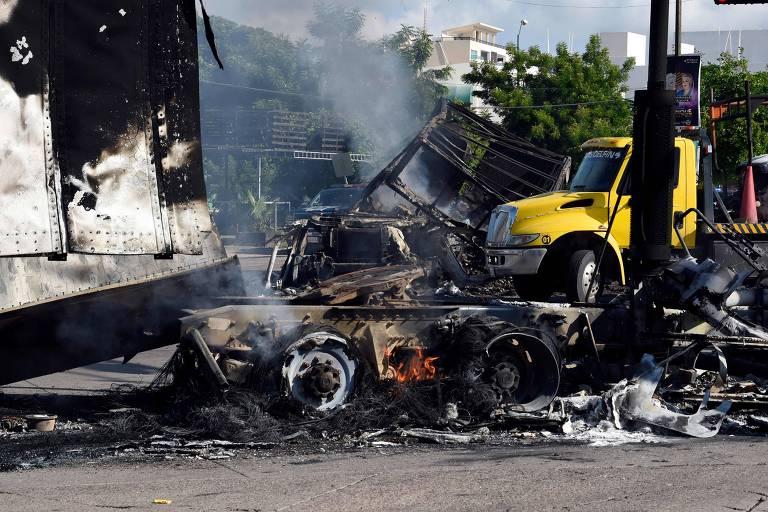 Veículos incendiados por cartel mexicano em reação à prisão de filho do megatraficante El Chapo