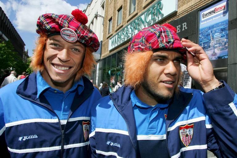 Adriano e Daniel Alves comemoram o título da Copa da Uefa da temporada 2006/2007. Brasileiros ocupavam as duas laterais da equipe