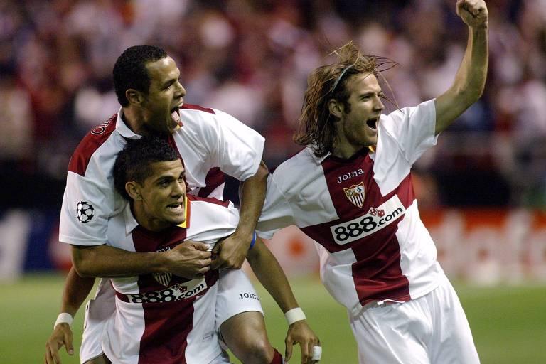 Abraçados à esq., Daniel Alves e Luis Fabiano trouxeram desempenho e títulos ao clube andaluz
