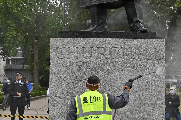 Funcionário lava inscrição 'era um racista' do pedestal de estátua de Churchill, em Londres