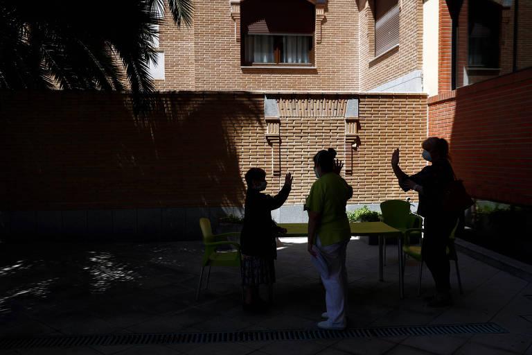 Pessoas em casa de repouso em Navalcarnero, próximo a Madri, despedem-se a distância