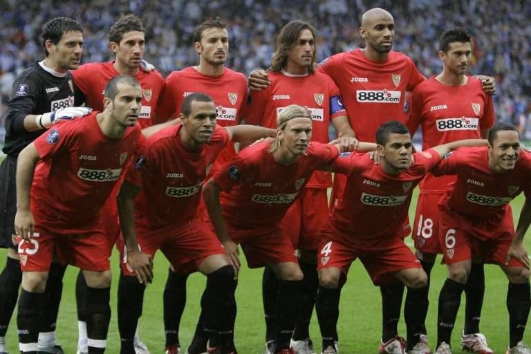 Daniel Alves, Adriano e Luis Fabiano, além de Renato, campeões da Copa da Uefa em 2006/2007