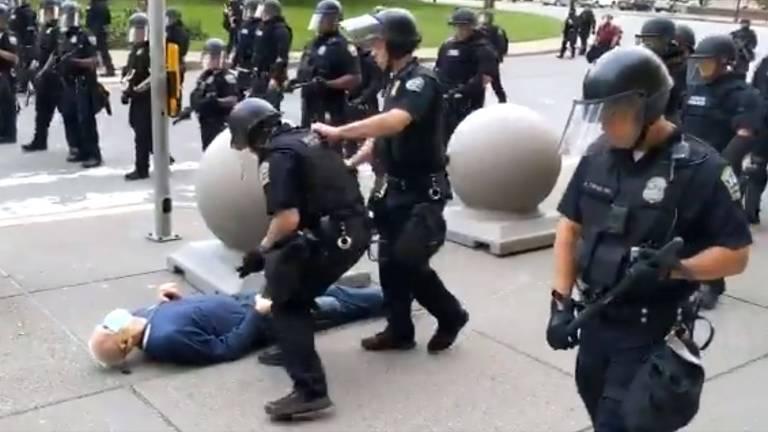 Manifestante de 75 anos cai após ser empurrado por policiais em Buffalo, no estado de Nova York