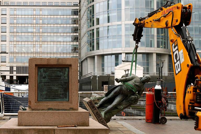 Estátua do comerciantes de escravos Robert Milligan é removida da parte externa do museu da região das docas de Londres
