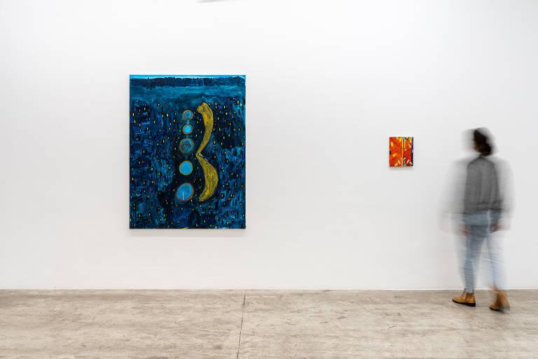 pinturas penduradas na parede