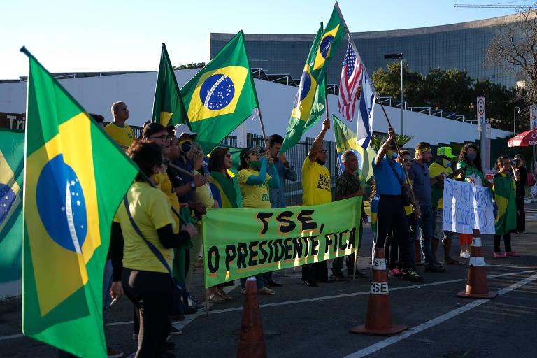 Manifestantes fazem ato em defesa de Bolsonaro em frente ao TSE nesta terça (9)