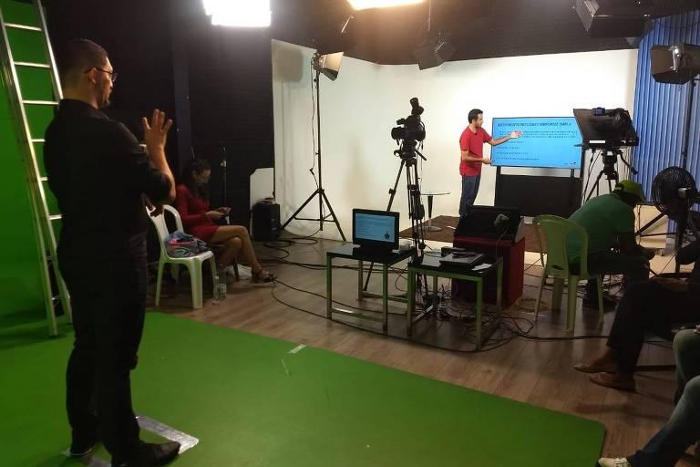 Professor grava aula online no Maranhão; reabertura de escolas preocupa docentes