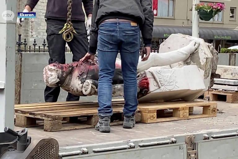 Reprodução de imagem de TV mostra estátua do rei belga Leopoldo 2º retirada após ser danificada em Ekeren