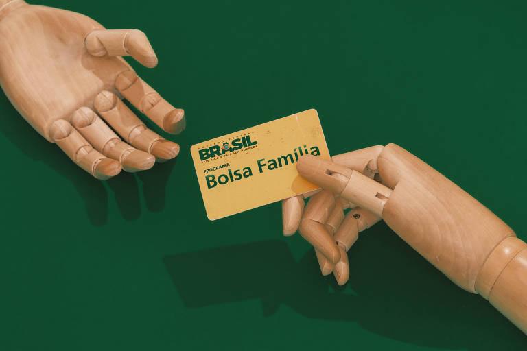 Mãos de bonecos seguram cartão Bolsa Família