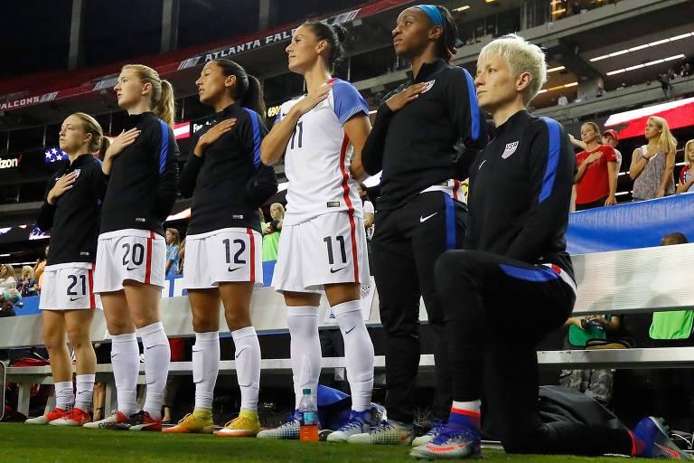 Megan Rapinoe, atacante da seleção de futebol feminino dos EUA, de joelhos durante execução do hino norte-americano