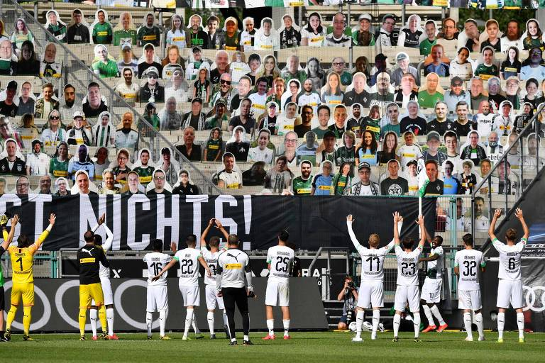 Jogadores do Borussia Mönchengladbach fazem saudação para imagens de papelão de torcedores colocadas no estádio