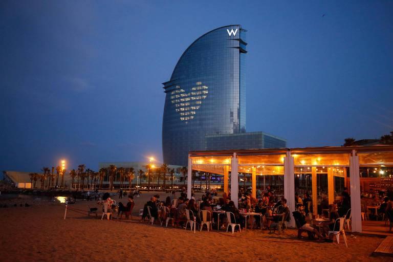 Restaurante na praia de Barceloneta em Barcelona durante o desconfinamento na Espanha