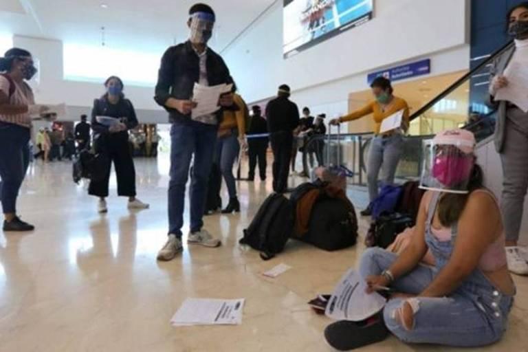 Centenas de turistas permaneceram presos em Cancún devido ao fechamento de fronteiras; muitos foram resgatados por voos humanitários nos últimos dias