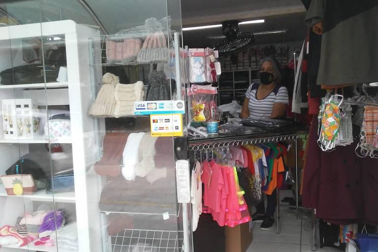 A comerciante Janete Barbosa adaptou a loja para atender os clientes na entrada do estabelecimento, na Cidade Tiradentes