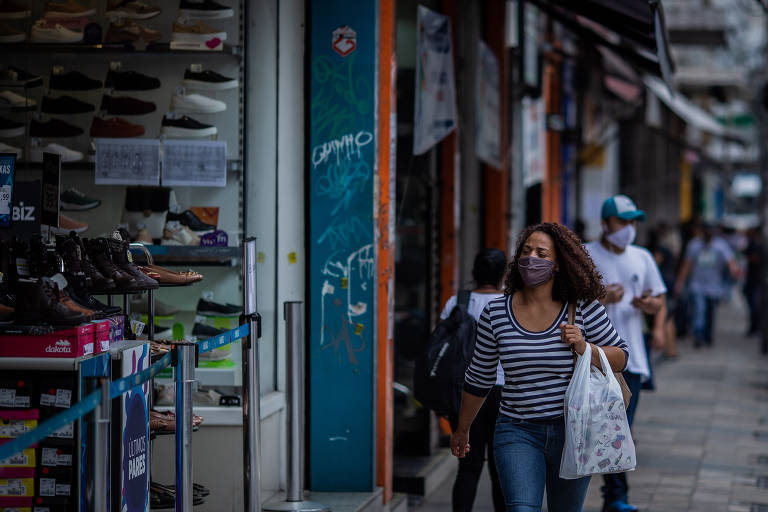 Movimento do comércio na rua Teodoro Sampaio