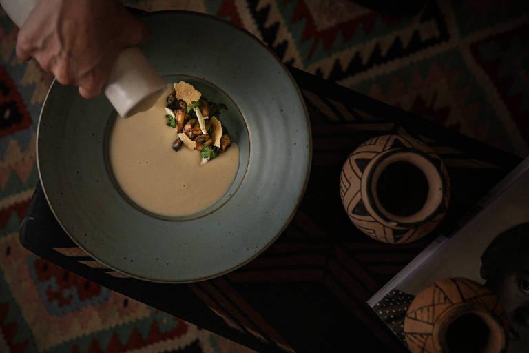 Sugestão de entrada: creme de couve-flor, cogumelos grelhados e tapioca com queijo serra da Canastra