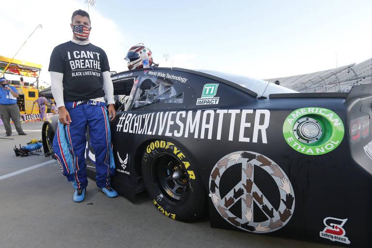 """O piloto Bubba Wallace ao lado do carro com a mensagem """"#BlackLivesMatter"""""""