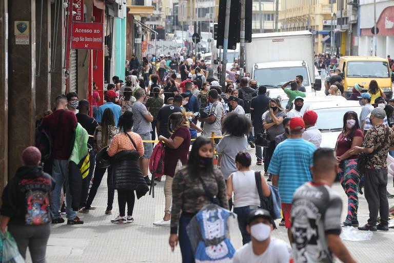 Clientes fazem fila a espera da abertura de lojas em SP
